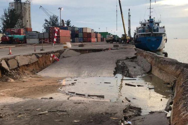 Dermaga peti kemas Pelabuhan Batuampar, Batam, Kepulauan Riau amblas. Beruntung dari kejadian ini, tidak ada korban jiwa.