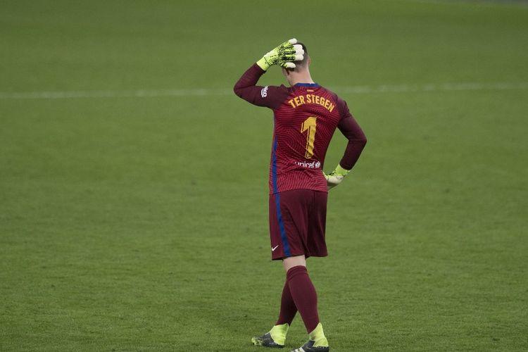 Kiper Barcelona, Marc-Andre Ter Stegen, bereaksi pada kekalahan timnya atas Cadiz di laga lanjutan Liga Spanyol di Stadion Ramon de Carranza, Cadiz, pada Minggu (6/12/2020) dini hari WIB.