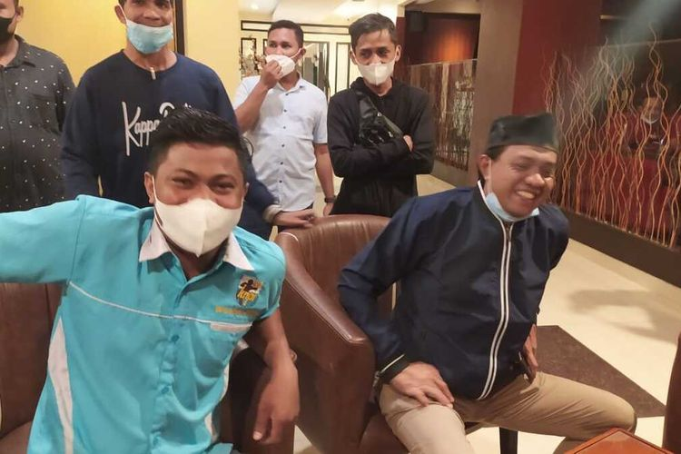 Ketua DPD KNPI Maluku Saiful Chaniago dan Ketua DPD KNPI Kota Ambon Sugiarto Solissa saat memberikan keternagan kepada wartawan terkait video viral istri gubernur Maluku di Ambon, Sabtu (10/7/2021).