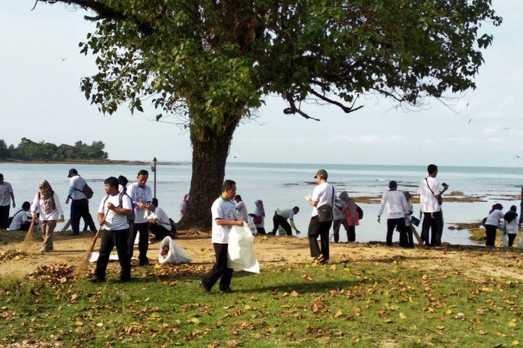 Aksi bersih-bersih pantai digelar di Kawasan Carita, Kabupaten Pandeglang, Banten, Kamis (28/2/2019). Dalam kegiatan tersebut setidaknya lebih dari setengah ton sampah sisa bencana tsunami dibersihkan.