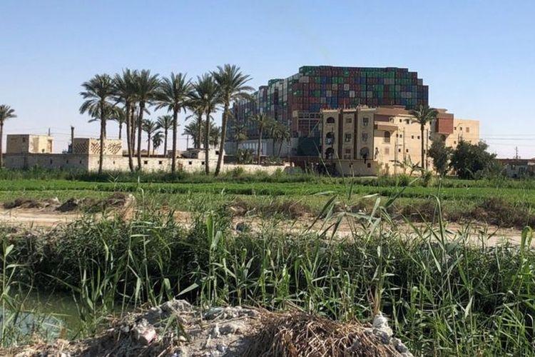 Kapal yang kandas dapat dilihat dari kawasan pertanian di dekat Terusan Suez.