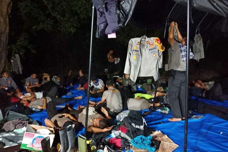 Puluhan personel Polres Inhu tidur di hutan untuk memadamkan api karhutla di Desa Pulau Gelang, Kecamatan Kuala Cenaku, Kabupaten Inhu, Riau, Senin (12/8/2019).