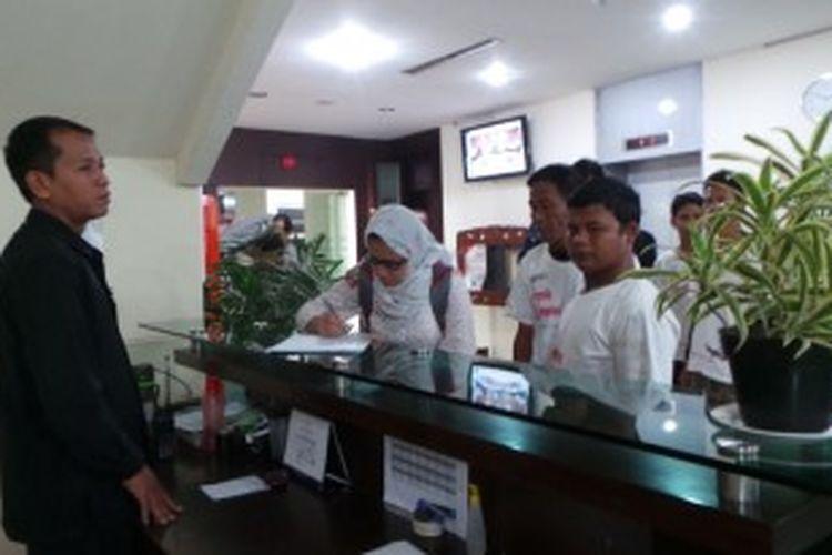 Sepuluh warga Sampang, Madura, penganut ajaran Syiah saat tiba di Gedung Wantimpres, Jakarta, Senin (1/7/2013). Kedatangan mereka untuk meminta penjelasan terkait penyelesaian kasus kerusuhan yang mengakibatkan ratusan keluarga mengungsi.