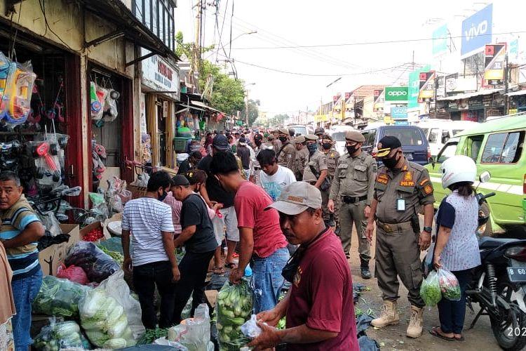 Satpol PP Kota Tangerang Selatan menertibkan pedagang liar di kawasan Pasar Serpong, Tangerang Selatan, yang berjualan di bahu jalan, Senin (3/7/2020)