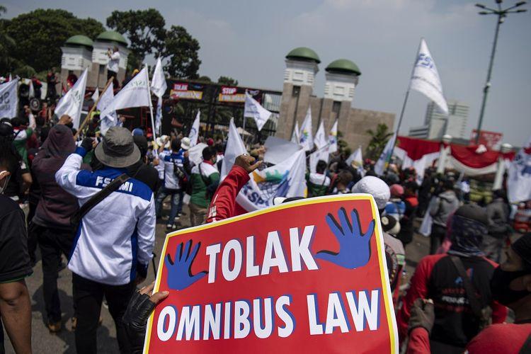 Sejumlah buruh melakukan aksi unjuk rasa di depan gedung DPR, Senayan, Jakarta, Rabu (29/7/2020). Mereka menuntut DPR untuk menghentikan pembahasan Omnibus Law RUU Cipta Kerja. ANTARA FOTO/Sigid Kurniawan/aww.