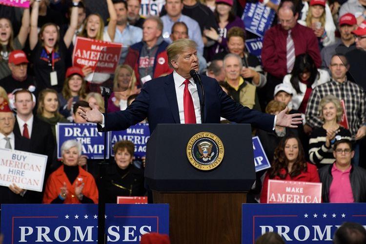Presiden Amerika Serikat Donald Trump berbicara kepada para pendukung di Atlantic Aviation Hanger, Moon Township, Pennsylvania, Sabtu (10/3/2018). (AFP/Jeff Swensen)