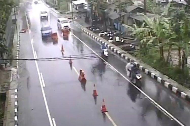 Cuplikan video mobil sedan warna biru menabrak barier hingga pembatas jalan sampai berterbangan di Pos Penyekatan Batas Kota/Kabupaten Tasikmalaya, Senin (2/8/2021).
