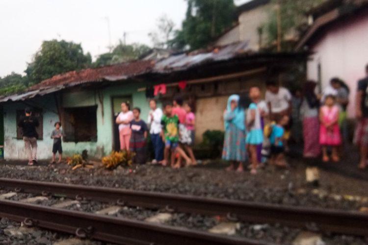 Sejumlah warga sedang bercengkrama di jalur perlintasan rel kereta api Bogor-Sukabumi, Jumat (20/9/2019). Ribuan rumah warga di delapan kelurahan Kota Bogor bakal tergusur imbas dari proyek pengerjaan jalur ganda (double track) Bogor-Sukabumi.