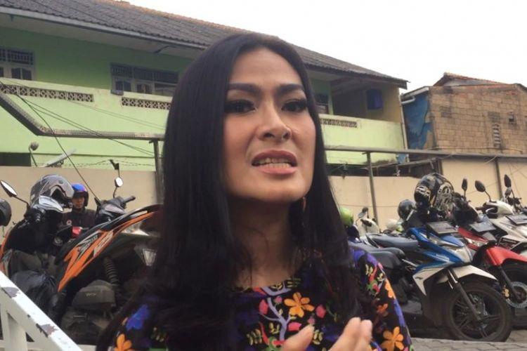 Iis Dahlia dalam wawancara seusai mengisi sebuah program TV di Gedung Trans, Mampang Prapatan, Kamis (26/7/2018).