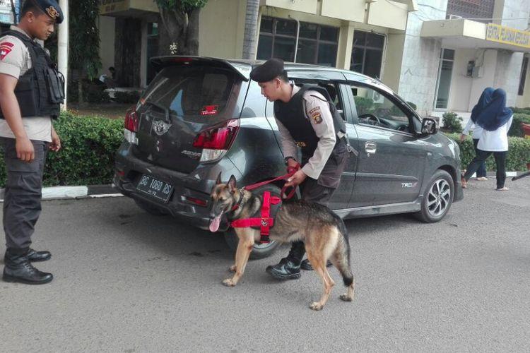 Anjing pelacak ikut melakukan pemeriksaan di Polda Sumsel pasca teror bom di Surabaya yang terjadi secara beruntun, Senin 914/5/2018)