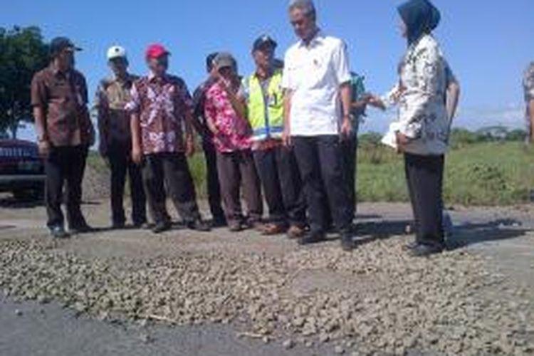 Gubernur Jawa Tengah Ganjar Pranowo meninjau rusa jalan perbatasan Jateng-DIY di Purworejo, Rabu (24/6/2015).