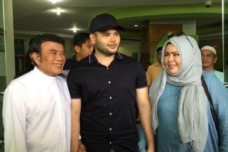 Ridho Rhoma didampingi kedua orangtuanya, Rhoma Irama dan Marwah Ali, ketika keluar dari Rumah Sakit Ketergantungan Obat (RSKO) Cibubur, Jakarta Timur, Kamis (25/1/2018).