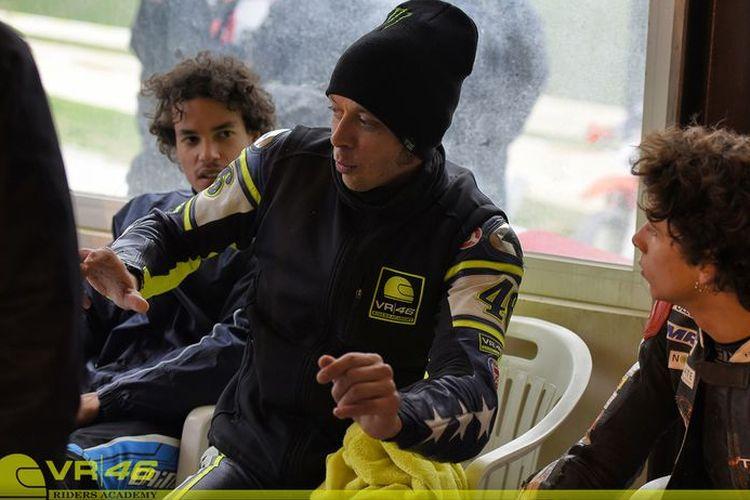 Foto dari beberapa tahun silam yang menunjukkan Valentino Rossi berbicara kepada para rider di Akademi VR46.