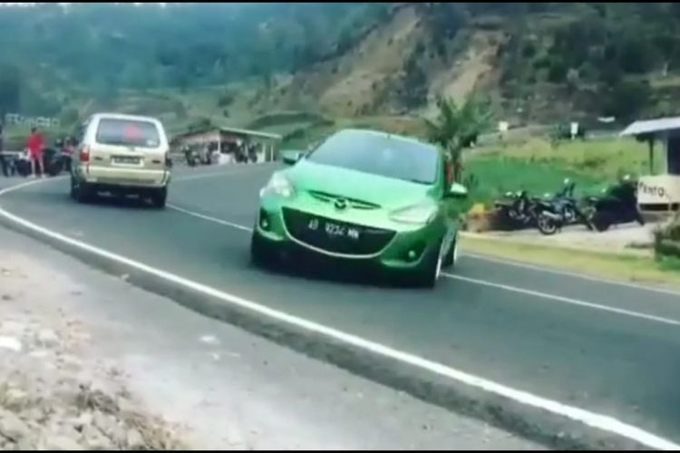 Salah satu cuplikan saat mobil Mazda warna hijau ngedrift di ruas jalan tikungan Tawangmangu, Kabupaten Karanganyar. Aksi mobil ini viral di media sosial, dan langsung ditahan oleh Satlantas Polres Karanganyar, Jumat (19/10/2018).