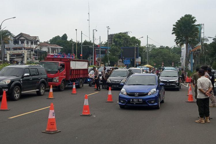 Sejumlah petugas gabungan Satgas Penanganan Covid-19 tengah memberikan sanksi terhadap pengendara yang melanggar aturan protokol kesehatan di Simpang Gadog, Puncak Bogor, Jawa Barat, Sabtu (19/6/2021).