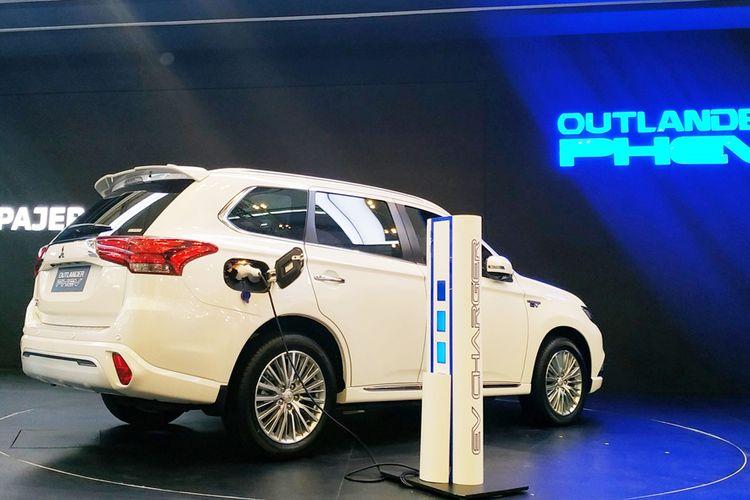 Mitsubishi resmi masuk ke segmen kendaraan ramah lingkungan dengan memasarkan model baru, Outlander PHEV di GIIAS 2019.