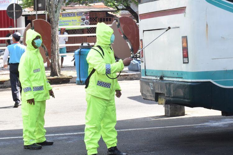 Petugas saat menyemprot disinfektan pada bus di terminal Bondowoso untuk mencegah penularan virus corona