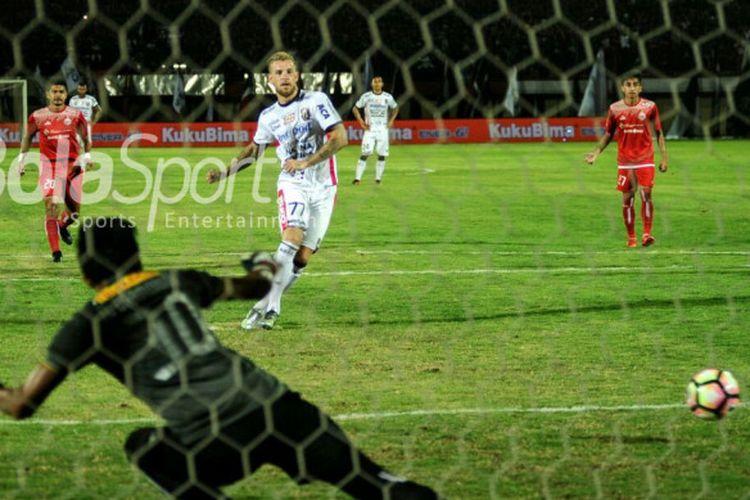 Kevin Brands mencetak gol kedua Bali United ke gawang Persija Jakarta pada laga terakhir fase Grup C Piala Presiden, di Stadion Kapten I Wayan Dipta, Senin (29/1/2018).