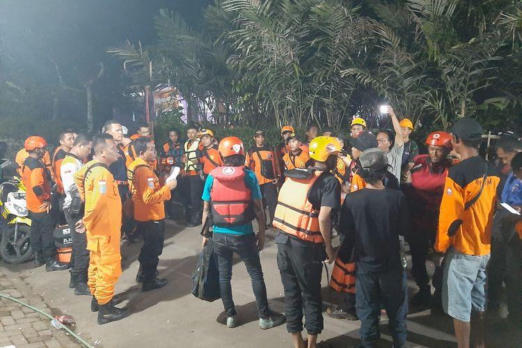 Tim SAR gabungan saat berkoordinasi untuk melakukan pemantuan titik-titik lokasi pencarian korban hanyut di Sungai Sempor, Sleman, Yogyakarta, Sabtu (22/2/2020).