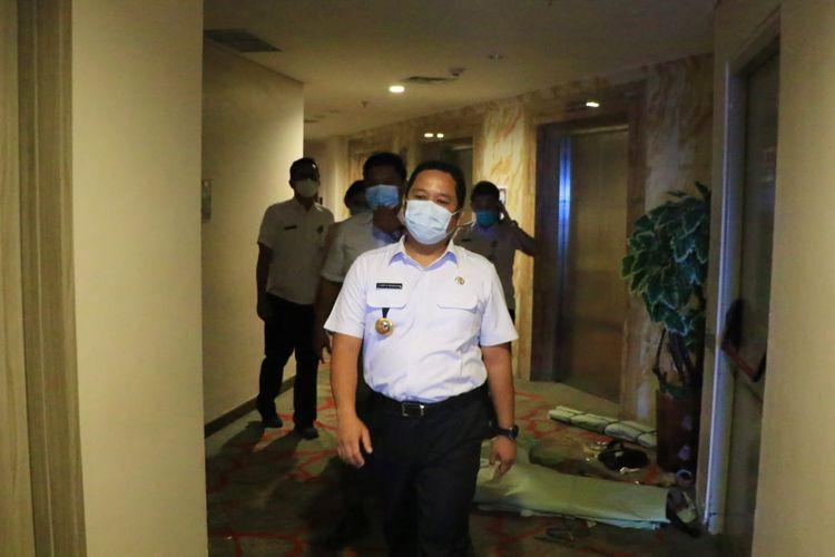 Wali Kota Tangerang Arief R Wismansyah ketika meninjau Rumah Isolasi Terkonsentrasi (RIT) di Pakons Prime Hotel, Rabu (30/12/2020). (istimewa, Dokumentasi Humas Pemkot Tangerang)