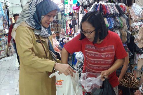 Kurangi Plastik, Dinas LH Bagi-bagi Kantong Belanja di Pasar Kramatjati