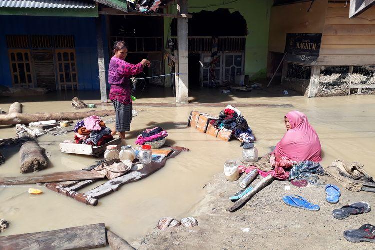 Warga kampung Lombo, Kelurahan Bone Tua, Kecamatan Masamba, Luwu Utara, Sulawesi Selatan, menggunakan air keruh untuk kebutuhan mencuci pakaian dan kebutuhan lainnya, Selasa (21/07/2020)