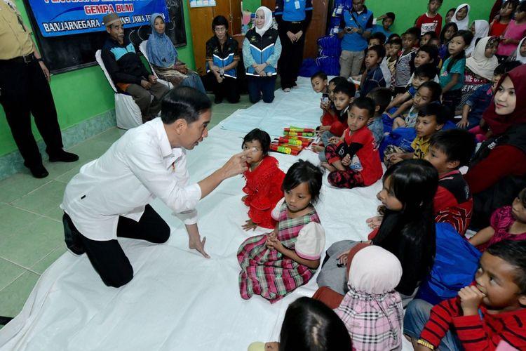 Presiden Joko Widodo saat bercengkerama dengan anak-anak pengungsi korban gempa Banjarnegara di SDN 01 Sidakangen, Senin (23/4/2018).