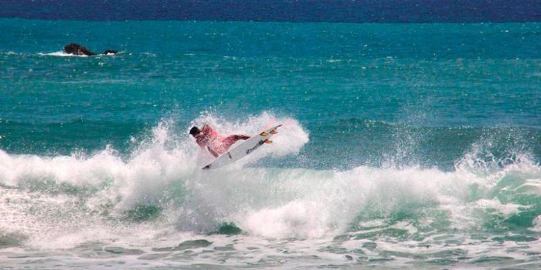 Seorang peselancar tengah beraksi dalam Singhasari International Surfing Exhibition yang berlangsung di Pantai Lenggoksono, Desa Purwodadi, Kecamatan Tirtoyudo, Kabupaten Malang, Jawa Timur, Senin (17/10/2016). Sejak dua tahun lalu, pantai ini mulai dikenal sebagai tempat selancar.
