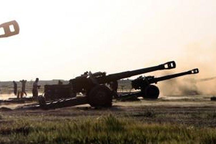 Meriam-meriam howitzer milik pasukan artileri Irak menembaki posisi ISIS di sekitar kota Tikrit dalam upaya merebut kembali kota yang sudah diduduki ISIS selama sembilan bulan itu.