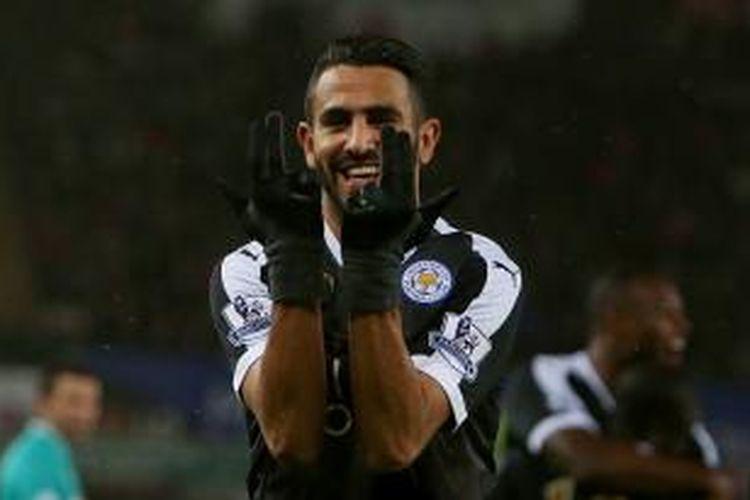 Pemain Leicester City, Riyad Mahrez, melakukan selebrasi usai mencetak hat-trick ke gawang Swansea City pada laga lanjutan Premier League di Stadion Liberty, Sabtu (5/12/2015).