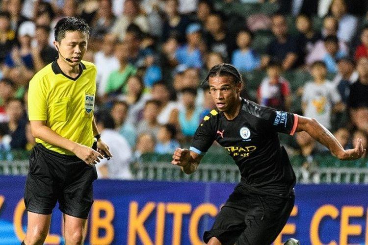 Pemain Manchester City, Leroy Sane, menguasai bola dalam pertandingan persahabatan antara Manchester City vs Kitchee di Hong Kong Stadium, di Hong Kong pada 24 Juli 2019.