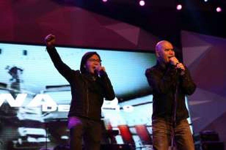 Ari Lasso (kiri) dan Ahmad Dhani berduet dalam penampilan band Dewa 19 di Konser 1.000 Band yang digelar di Pekan Raya Indonesia di Indonesia Convention Exhibition di BSD City, Tangerang Selatan, Banten, Senin (24/10/2016).