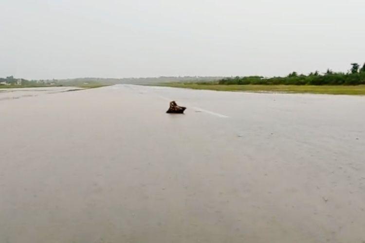Runway Bandara Umbu Mehang Kunda (UMK), KabupatenSumba Timur, Nusa Tenggara Timur (NTT) terdampak banjir bandang, Minggu (4/4/2021).