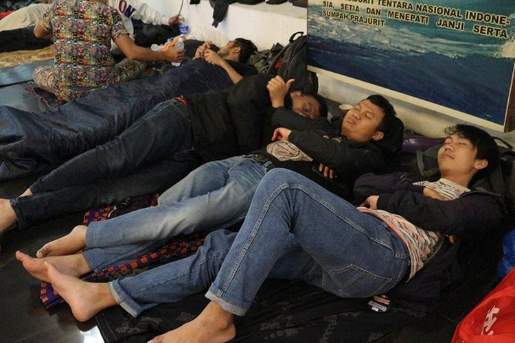 Peserta beristirahat di ruang cafe Museum Bahari, Penjaringan, Jakarta Utara, Minggu (29/12/2019) dalam acara Menginap di Museum.