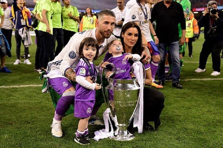 Kapten Real Madrid, Sergio Ramos, berpose bersama istri dan dua orang anaknya, seusai final Liga Champions kontra Real Madrid di Stadion Millenium, Sabtu (3/6/2017).