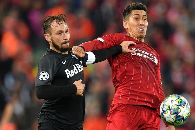 Andreas Ulmer mengawal Roberto Firmino pada pertandingan Liverpool vs Salzburg dalam lanjutan Liga Champions di Stadion Anfield, 2 Oktober 2019.