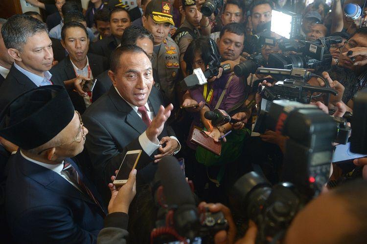 Mantan Ketua Umum PSSI Edy Rahmayadi (kedua kiri) menyampaikan keterangan kepada pers terkait pengunduran dirinya seusai pembukaan Kongres PSSI 2019 di Nusa Dua, Bali, Minggu (20/1/2019).