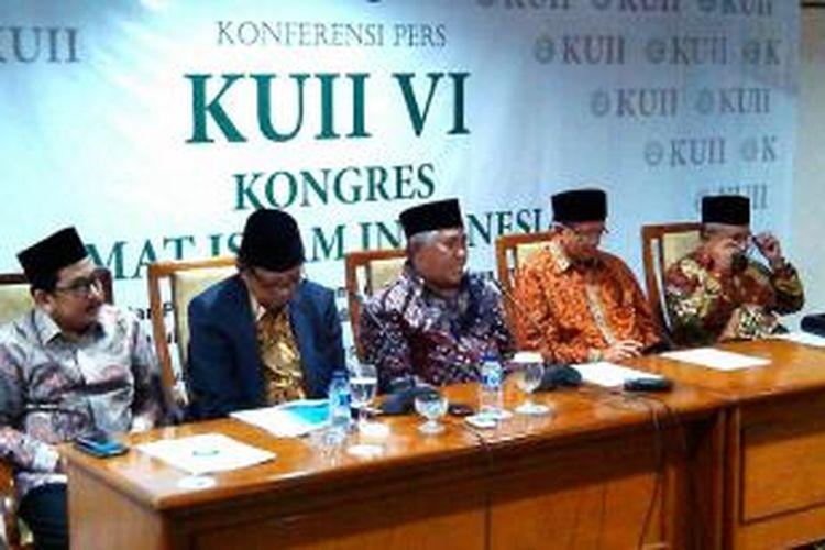 Anwae Abbas , Ketua Komite pusat gerakan anti narkoba Majelis ulama Indonesia ( nomer dua dari sebelah kanan layar)