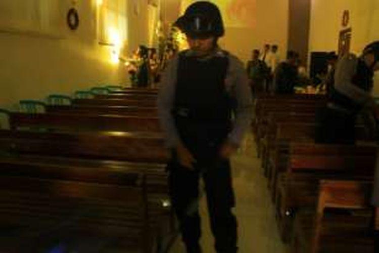 Foto : Anggota Sabhara Polres Ponorogo menyisir ruang di salah satu gereja di Kota Ponorogo.