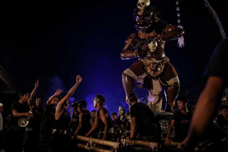 Umat Hindu mengarak ogoh-ogoh di Bali, Rabu (6/3/2019). Pawai Ogoh-ogoh dilaksanakan dalam rangkaian perayaan Nyepi Tahun Baru Caka 1941 yang jatuh pada tanggal 7 maret 2019.