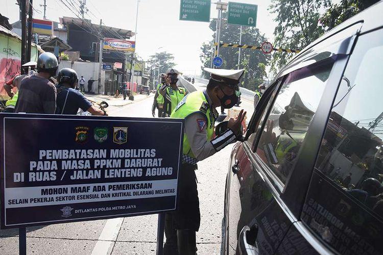 Polisi mengalihkan arus lalu lintas pengendara di pos penyekatan pembatasan mobilitas masyarakat pada PPKM Darurat di wilayah perbatasan menuju Jakarta di Jalan Raya Lenteng Agung, Jakarta, Sabtu (3/7/2021). Polisi melakukan penyekatan di 63 titik wilayah di Jadetabek untuk membatasi mobilitas warga saat pemberlakuan pembatasan kegiatan masyarakat (PPKM) Darurat di Jakarta yang akan berlangsung hingga 20 Juli 2021 mendatang. ANTARA FOTO/Indrianto Eko Suwarso/hp.
