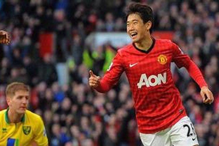 Gelandang Manchester United, Shinji Kagawa (kanan) saat merayakan golnya ke gawang Norwich City pada lanjutan Premier League di Old Trafford, Sabtu (2/3/2013). Kagawa mencetak hattrick untuk membawa MU menang 4-0 pada laga tersebut.