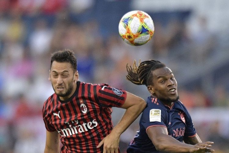 Pemain AC Milan, Hakan Calhanoglu, dan Renato Sanches dari Bayern Muenchen saat pertandingan International Champions Cup antara Bayern dan AC Milan di Childrens Mercy Park di Kansas City, Missouri pada 23 Juli 2019.
