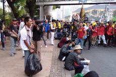 Mahasiswa dan Buruh Unjuk Rasa, Pelajar Bantu Petugas PPSU Punguti Sampah