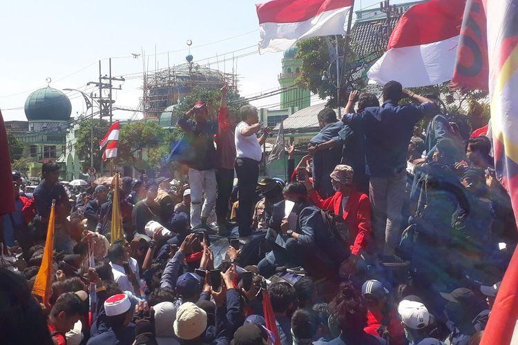 Ketua sementara DPRD Jatim, Kusnadi, menemui massa aksi mahasiswa di depan gedung DPRD Jatim, Rabu (25/9/2019).