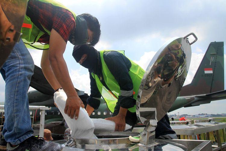 2 ton garam dimasukkan ke dalam pesawat  CN295 untuk melakukan penyemaian agar menurunkan hujan di wilayah Sumatera Selatan, Rabu (12/8/2020).