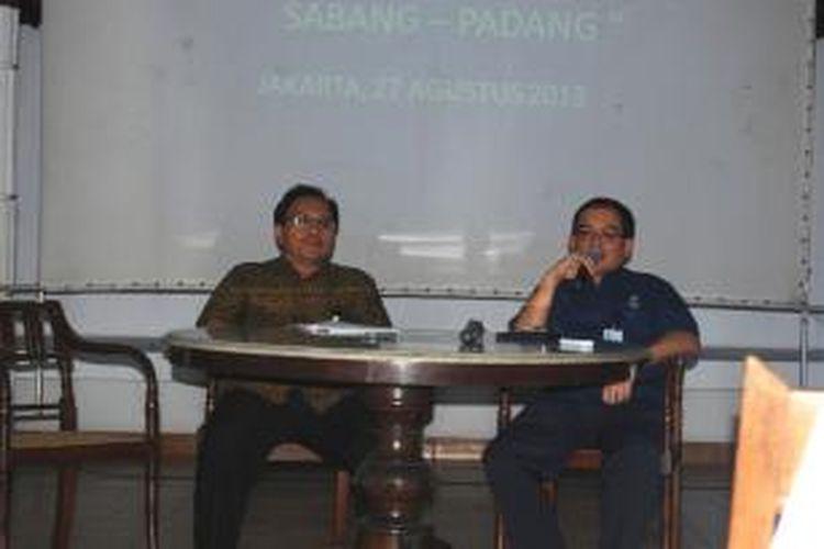 Wakil Pemimpin Redaksi, Budiman Tanuredjo (kiri), memberikan keterangan pers didampingi perwakilan dari Perusahaan Gas Negara (PGN), Wahid Sutopo, di Bentara Budaya Jakarta, Palmerah, Selesa (27/8/2013).