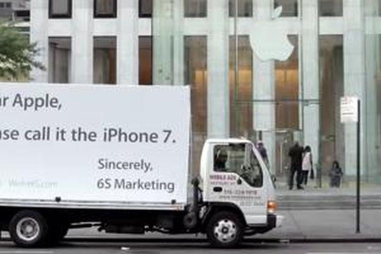Protes 6S Marketing di depan Apple Store di kota New York.
