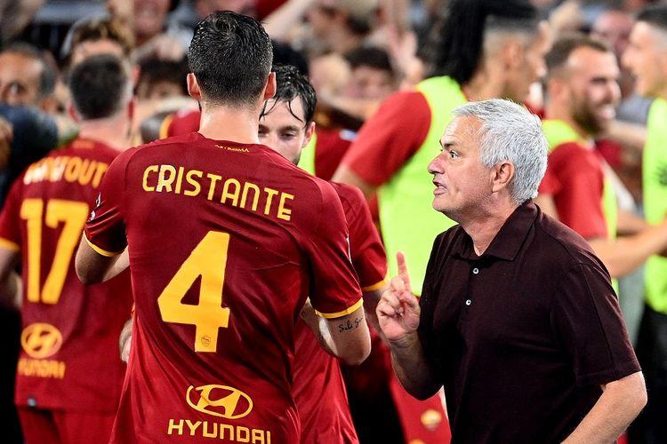 Pelatih AS Roma, Jose Mourinho, saat memberikan instruksi kepada anak-anak asuhnya.