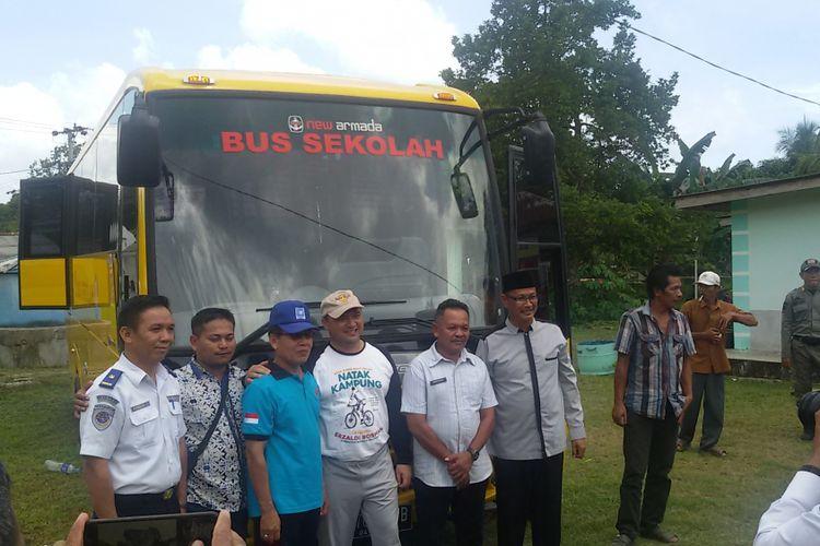 Bantuan bus untuk Desa Cupat, Bangka Barat, Jumat (7/12/2018).